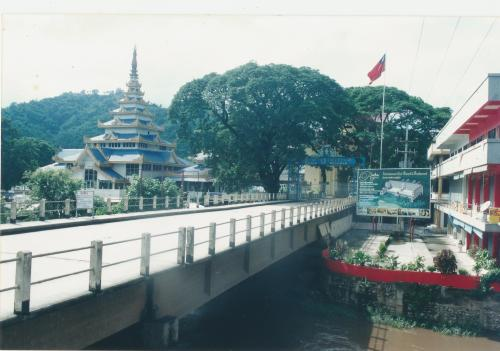 Bridge spanning the Mae Sai river, dividing Mae Sai town from Burma's Tachileck, 18 Jul 2002: closed and sealed for 2 moths already when Burma accused Thailand of aiding Shan rebels attacking Burmese forces. Trafficking of women from China and drugs from Burma flow through here.